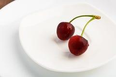 Rode kers op witte platen Royalty-vrije Stock Foto