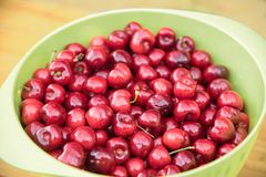 Rode kersen in een groene kom, gezonde organische vruchten vers har Royalty-vrije Stock Foto