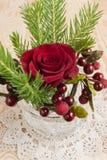 Rode Kerstmis namen en de bessendecoratie toe. Royalty-vrije Stock Foto's