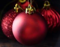 Rode Kerstmisbal in lowlight royalty-vrije stock fotografie