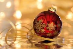 Rode Kerstmisbal met bezinning en gouden lichten Stock Foto
