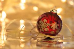 Rode Kerstmisbal met bezinning in sepia kleuren Royalty-vrije Stock Foto