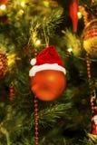 Rode Kerstmisbal met Kerstmishoed Royalty-vrije Stock Foto's