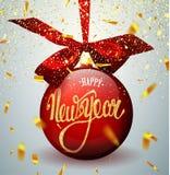 Rode Kerstmisbal met lint en een boog, op de winterachtergrond met sneeuw en sneeuwvlokken Vrolijke Kerstmis en Gelukkig Nieuwjaa stock fotografie
