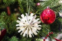Rode Kerstmisbal op de Kerstmisboom Royalty-vrije Stock Fotografie