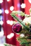 Rode Kerstmisbal op de Kerstmisboom Royalty-vrije Stock Foto's