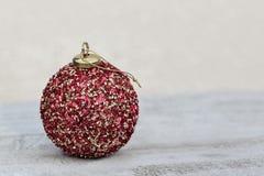 Rode Kerstmisbal op Houten Lijst bij Seizoenvakantie Royalty-vrije Stock Foto's