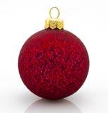 Rode Kerstmisbal over witte achtergrond Royalty-vrije Stock Fotografie