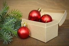 Rode Kerstmisballen in de doos van de Kerstmisgift Stock Fotografie