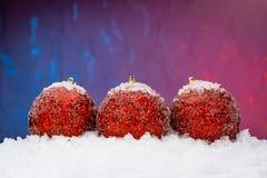 Rode Kerstmisballen in de sneeuw Stock Foto's