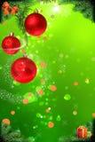 Rode Kerstmisballen die van pijnboomtak als decoratieconce hangen royalty-vrije stock afbeelding