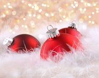 Rode Kerstmisballen met abstracte achtergrond Stock Foto's