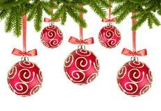 Rode Kerstmisballen met bogen en de takken van de Kerstmisboom op whi Stock Afbeeldingen
