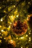 Rode Kerstmisballen met Kerstmisboom Stock Fotografie