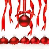 Rode Kerstmisballen met sneeuw Stock Afbeeldingen