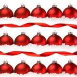 Rode Kerstmisballen met sneeuw die op wit wordt geïsoleerd Stock Foto's
