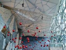 Rode Kerstmisballen op Gevoed vierkant Stock Afbeelding