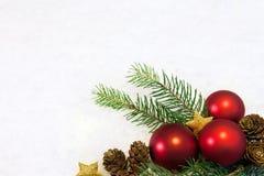 Rode Kerstmisballen op sneeuwachtergrond Royalty-vrije Stock Fotografie