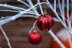 Rode Kerstmisballen op witte takken stock afbeeldingen