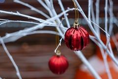 Rode Kerstmisballen op witte takken stock foto's
