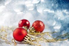 Rode Kerstmisballen over fonkelende vakantieachtergrond Stock Foto's