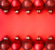 Rode Kerstmisballen in rij Royalty-vrije Stock Foto's