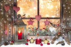 Rode Kerstmisdecoratie met lantaarn op venstervensterbank met hout Royalty-vrije Stock Fotografie