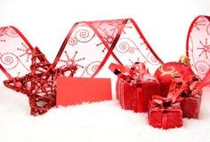 Rode Kerstmisdecoratie met wensenkaart op sneeuw Royalty-vrije Stock Fotografie