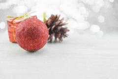Rode Kerstmisornamenten met pinecone op houten vloer Vrolijke Kerstmis en Gelukkig Nieuwjaar Stock Afbeeldingen