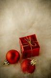 Rode Kerstmisornamenten op Faux-Bont - Wijnoogst Stock Afbeelding