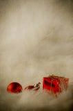 Rode Kerstmisornamenten op Zacht Bont - Verticale Wijnoogst Royalty-vrije Stock Foto