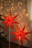 Rode Kerstmisster Binnenhuisarchitectuur van het Kerstmis de comfortabele huis stock foto