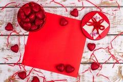Rode kist met harten en een plaats voor de tekst Royalty-vrije Stock Afbeeldingen