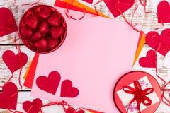 Rode kist met harten en een plaats voor de tekst Stock Afbeeldingen