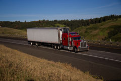 Rode Klassieke semi-Vrachtwagen/Witte Aanhangwagen royalty-vrije stock afbeeldingen