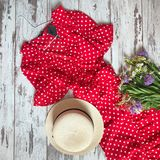 Rode kleding met stippen op een houten achtergrond stock afbeelding