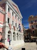 Rode kleipot die in St Spiridon Vierkant, de Stad van Korfu werpen Stock Fotografie