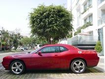 Rode kleur Dodge Eiser SRT8 392 Hemi in Lima Royalty-vrije Stock Afbeeldingen