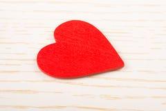 Rode kleurenhart gestalte gegeven voorwerp in mening royalty-vrije stock foto