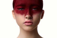 Rode kleurenmake-up op het model van de gezichtsschoonheid met roze lippen royalty-vrije stock afbeeldingen