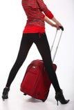Rode koffer en van vrouwen benen royalty-vrije stock foto's