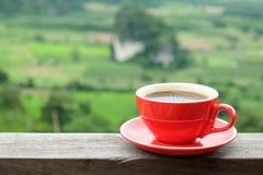 Rode koffie op houten vloer Het schot van de close-up royalty-vrije stock afbeelding