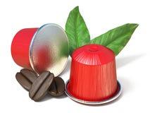 Rode koffiecapsules met koffiebonen en 3D bladeren Royalty-vrije Stock Foto's