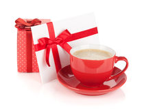 Rode koffiekop, giftvakje en liefdebrief met boog Royalty-vrije Stock Foto's