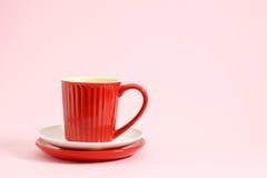 Rode koffiekop op witte en rode plaat Stock Afbeeldingen