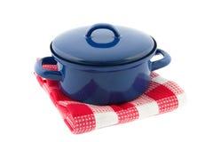 Rode kokende pan op een rode geruite theedoek stock foto's
