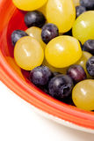 Rode Kom van Druiven en Bosbessen Stock Foto