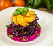 Rode koolsalade met mandarins stock afbeeldingen