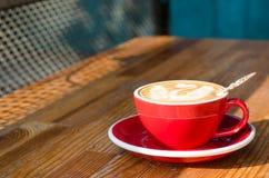 Rode kop met cappuccino's royalty-vrije stock foto's