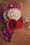 Rode Kop met koekjes, de herfstbladeren en bessen Royalty-vrije Stock Foto